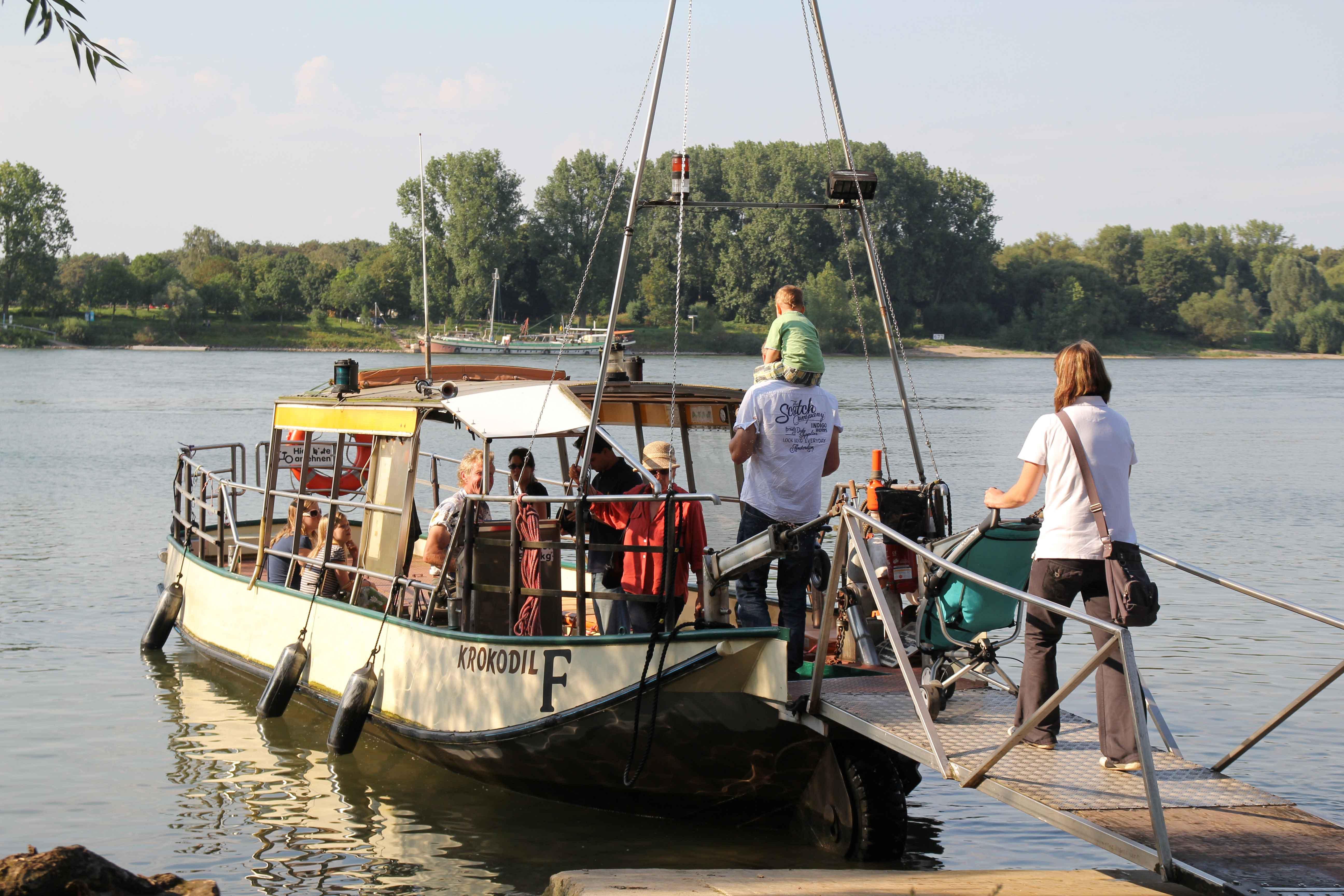 Am Rhein in Zündorf können Ausflügler die Fähre Krokodil nutzen, um die Rheinseite zu queren.