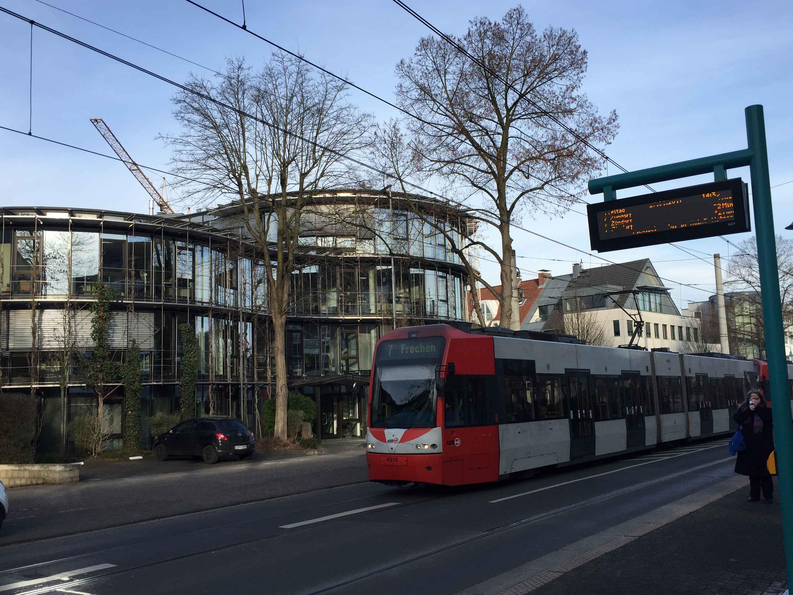 Auf ihrem Linienweg binden die Stadtbahnen der Linie 7 zahlreiche Wohn- und Arbeitsstätten an, wie hier auf der Dürener Straße in Köln-Lindenthal.