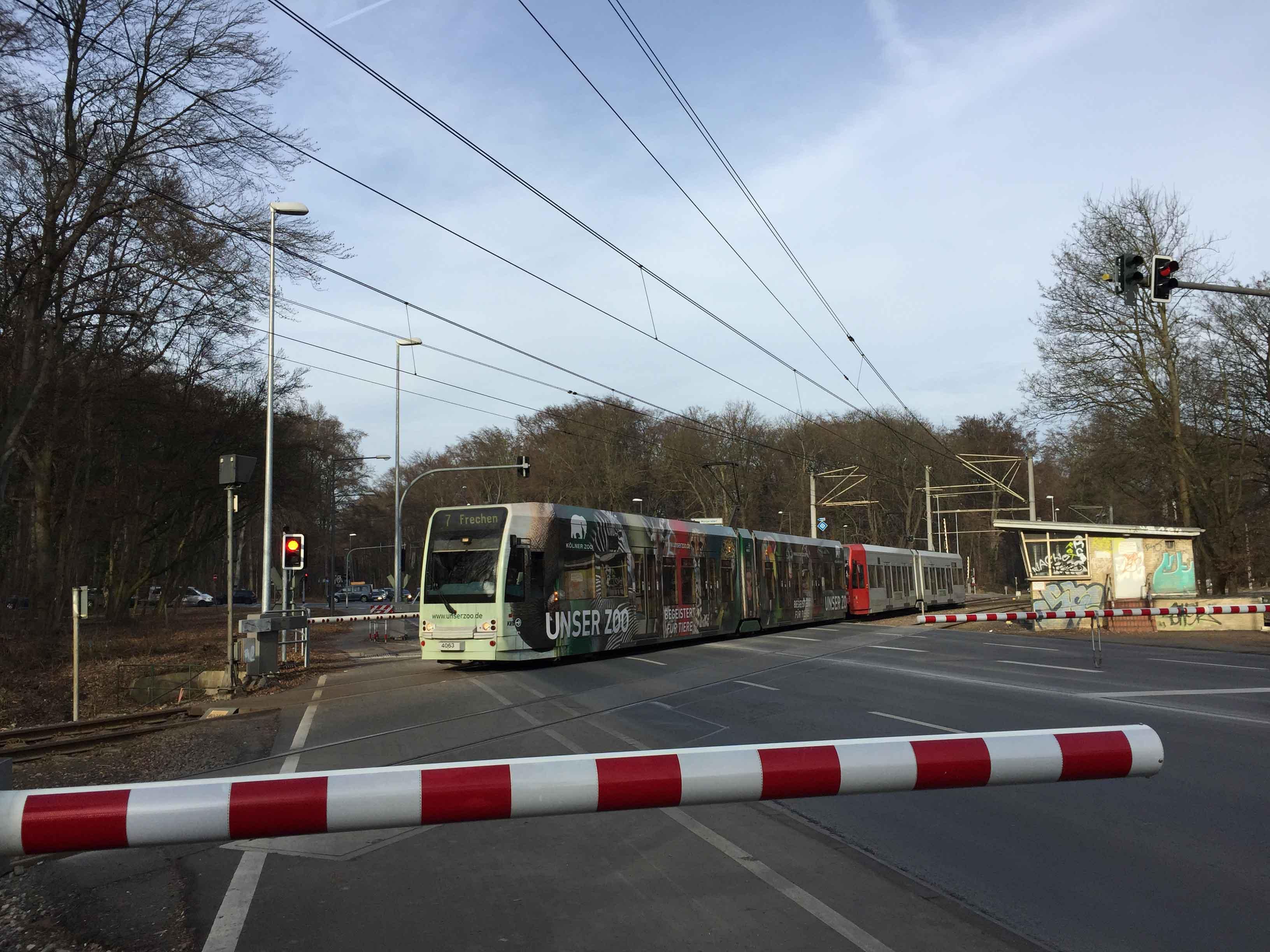 Am Militärring verläuft die Linie 7 über einen klassischen Bahnübergang und verschwindet dann zunächst im Grünen.