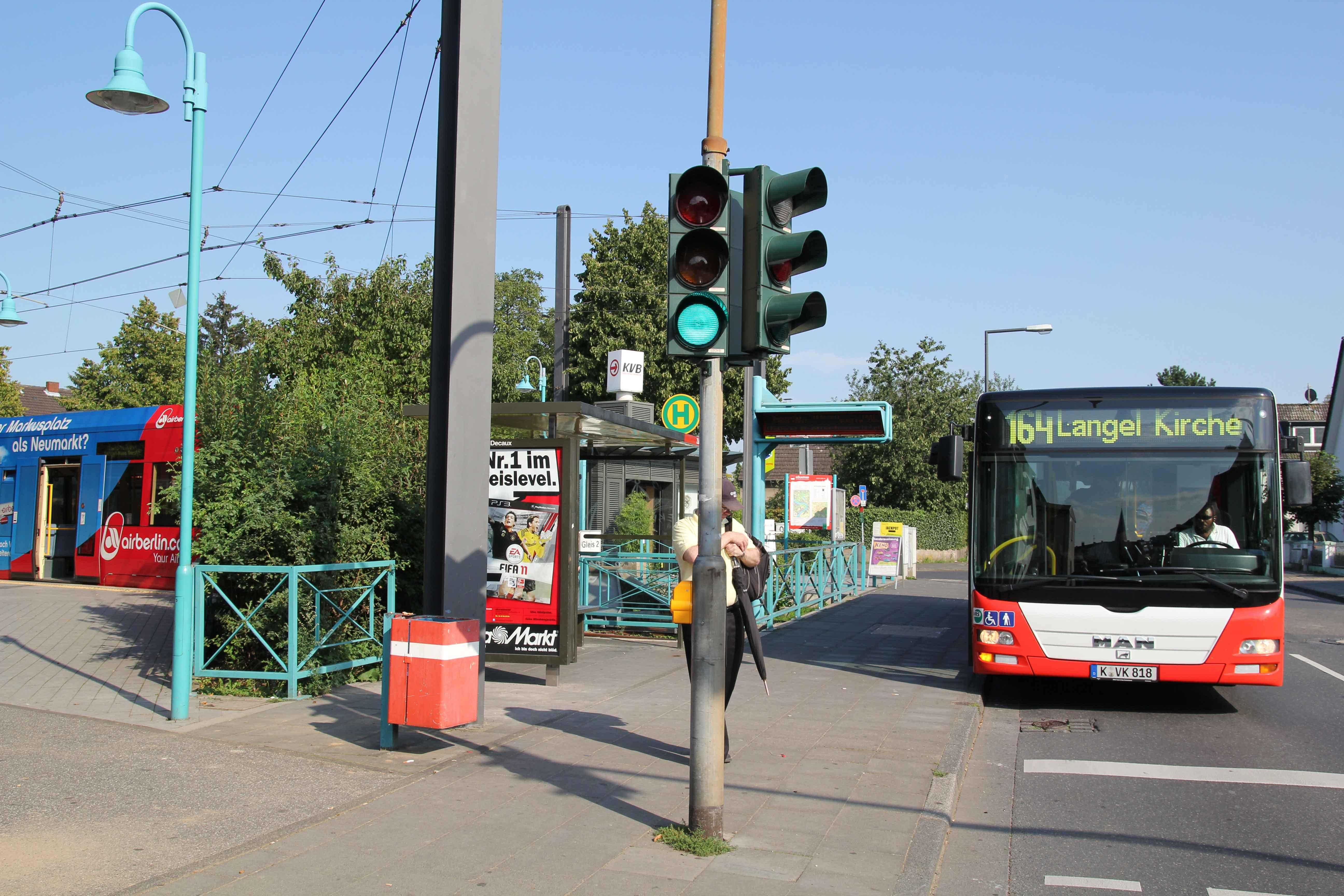 In Zündorf endet die Linie 7 bisher im alten Ortskern. Fahrgäste können auf den Bus-Verkehr umsteigen.