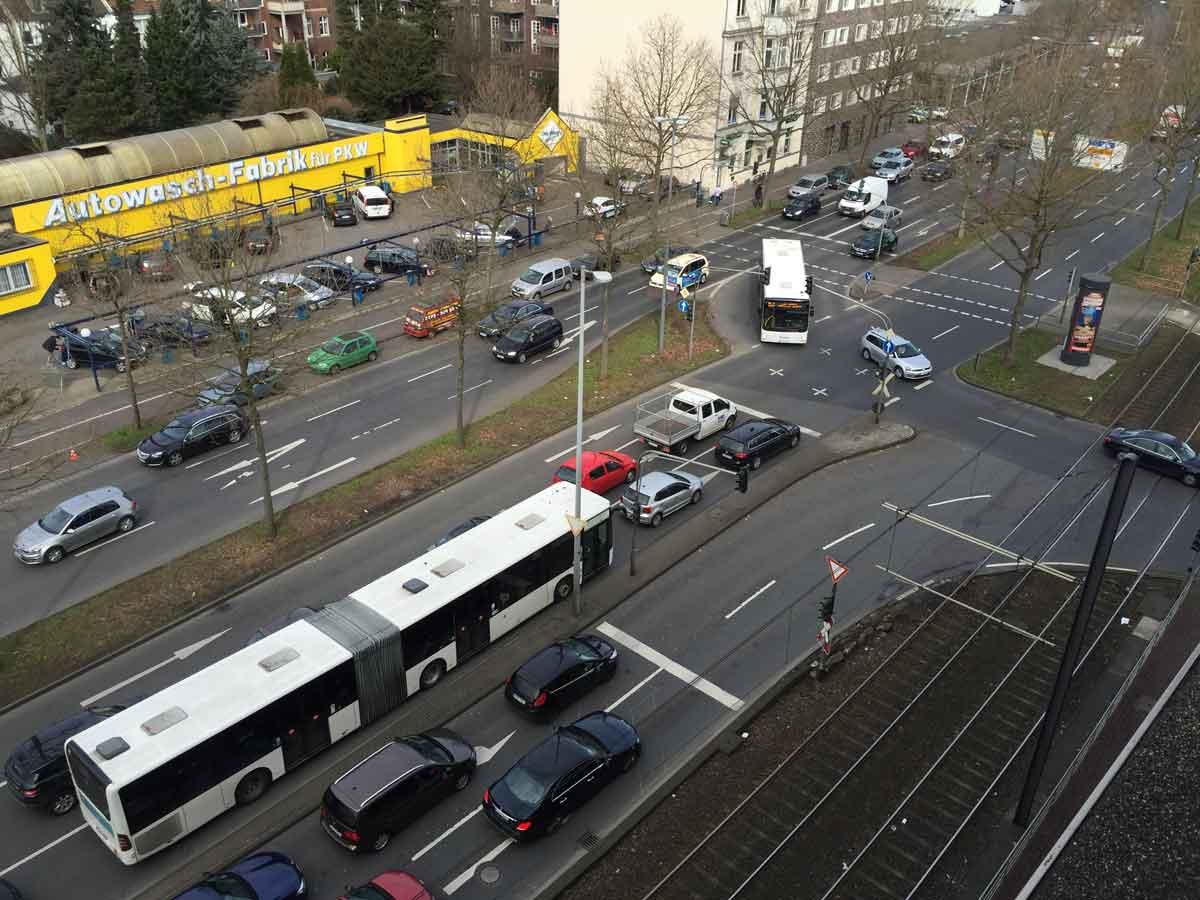 Über den Clevischen Ring in Mülheim werden sicher ab 2021 E-Busse fahren – hier ist die Luftbelastung am größten in Köln.
