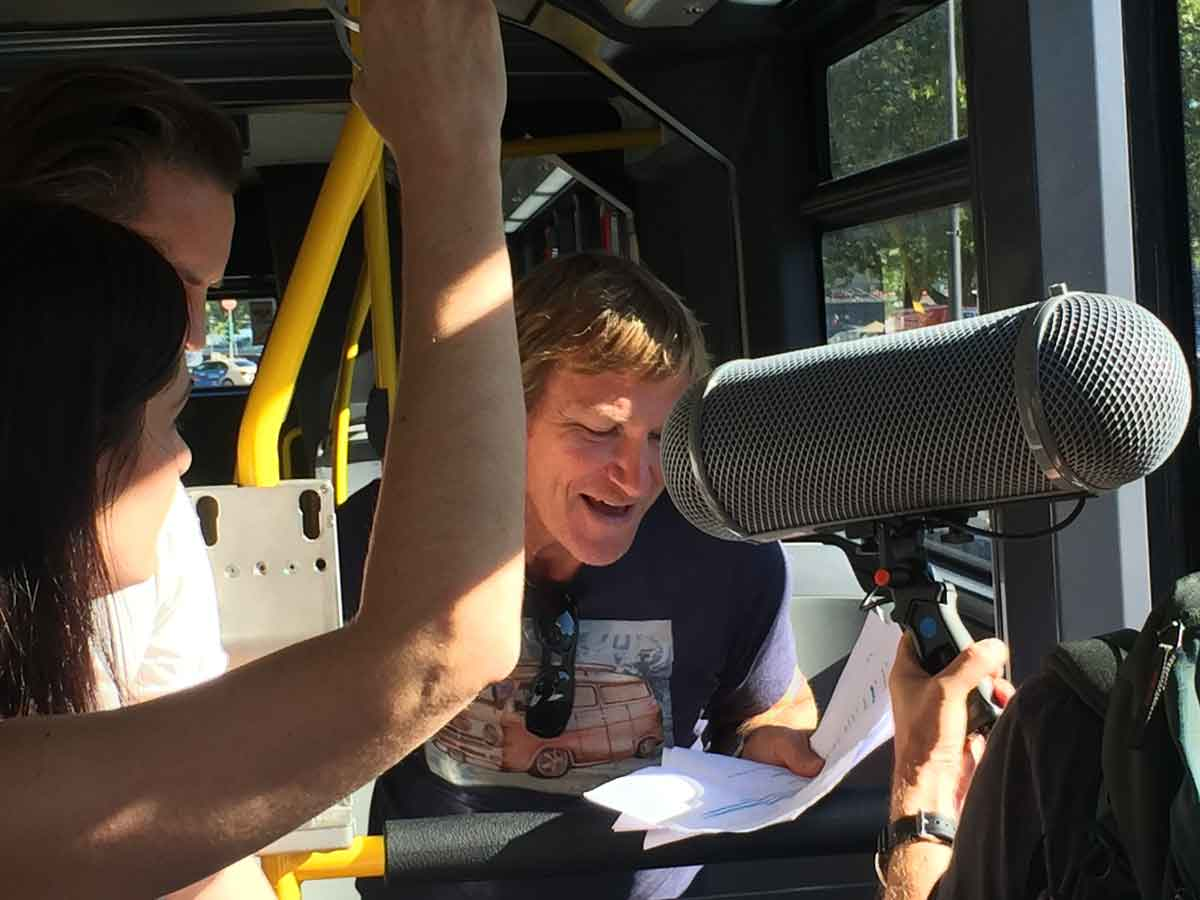 Wenn der WDR Hörfunkaufnahmen in einem fahrenden E-Bus macht, spricht das für eine gute Geräuschkulisse.