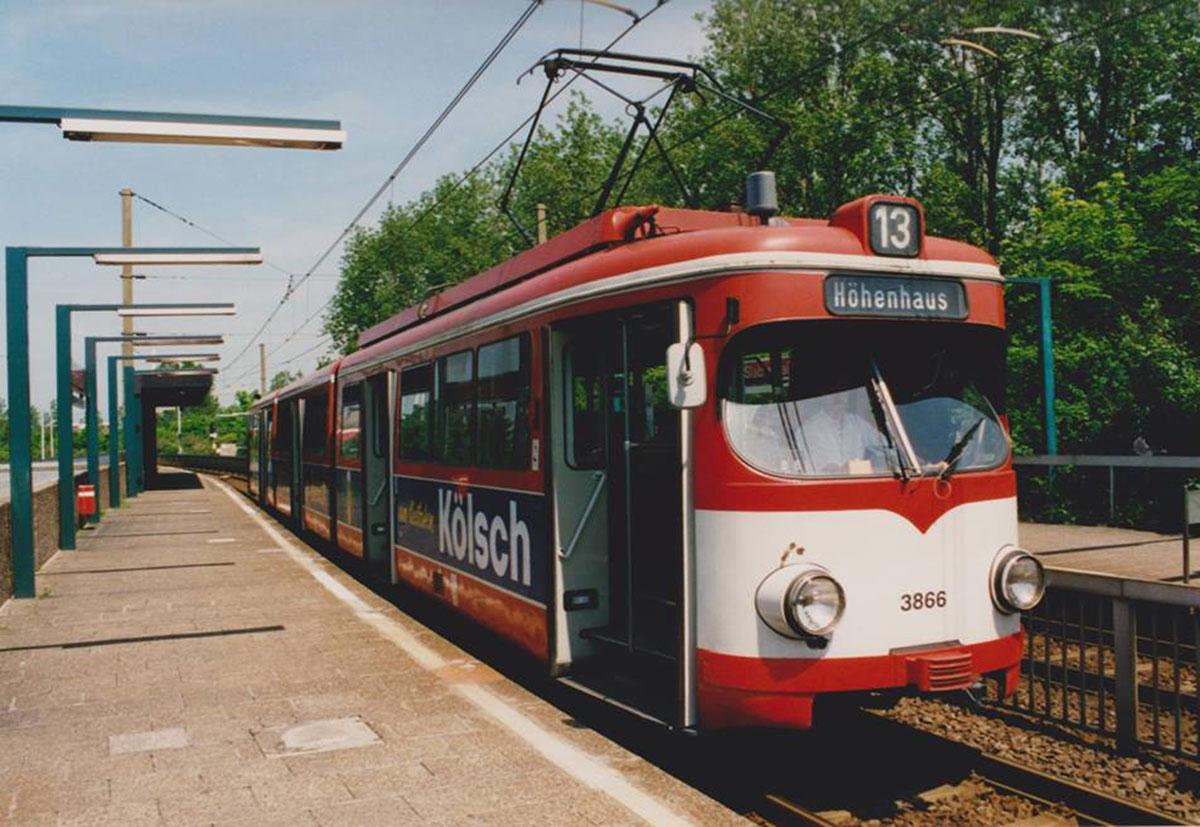 Während des Tunnelbaus (1993-1997) fuhr die 13 bis zum Neurather Weg in Höhenhaus, hier mit einem alten Achtachser an der Slabystraße.