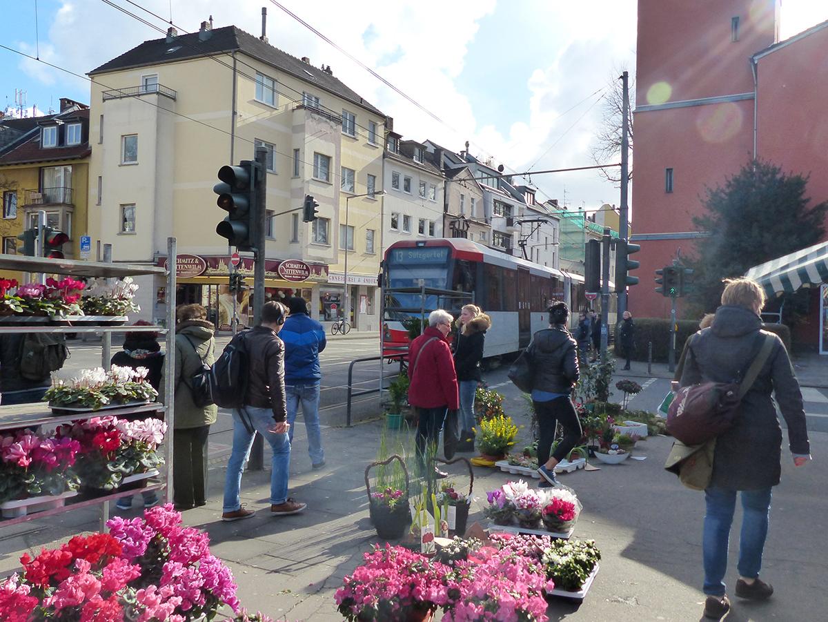 Buntes Treiben auf dem Markt an der Gleueler Straße in Lindenthal.