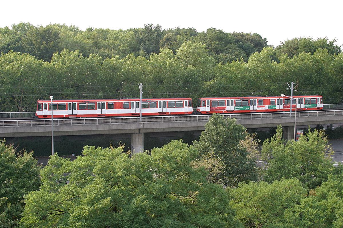 Die einzige Hochbahn Kölns: Auf dem Parkgürtel geht es mit der Linie 13 hoch hinaus.