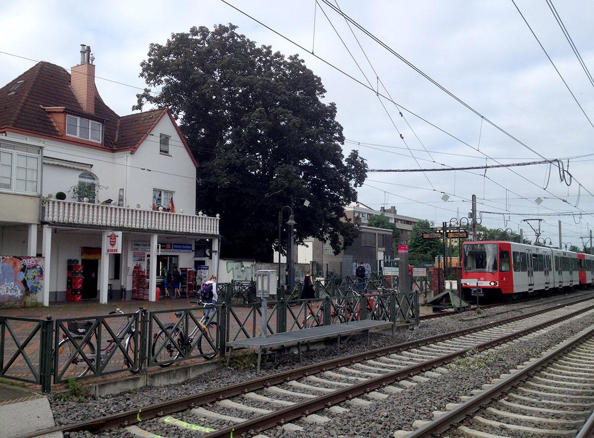 Die Linie 13 endet an der Vischeringstraße in Holweide am früheren Stationsgebäude der Vorortbahn nach Bergisch Gladbach.