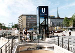 Seit dem Sommer 1997 sieht der Platz so aus und die Linie 13 hält unterirdisch.