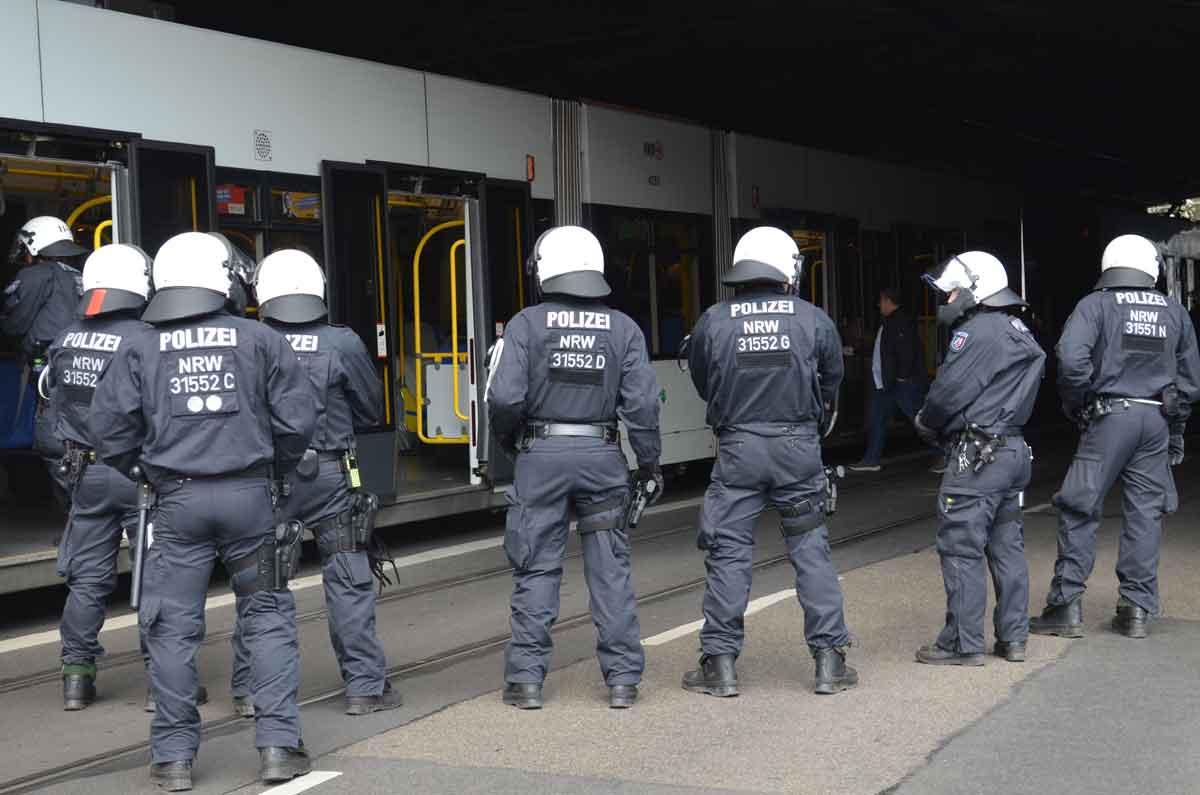 Ein Großaufgebot der Polizei wartet am Bahnhof Ehrenfeld auf die Fans aus Mönchengladbach.