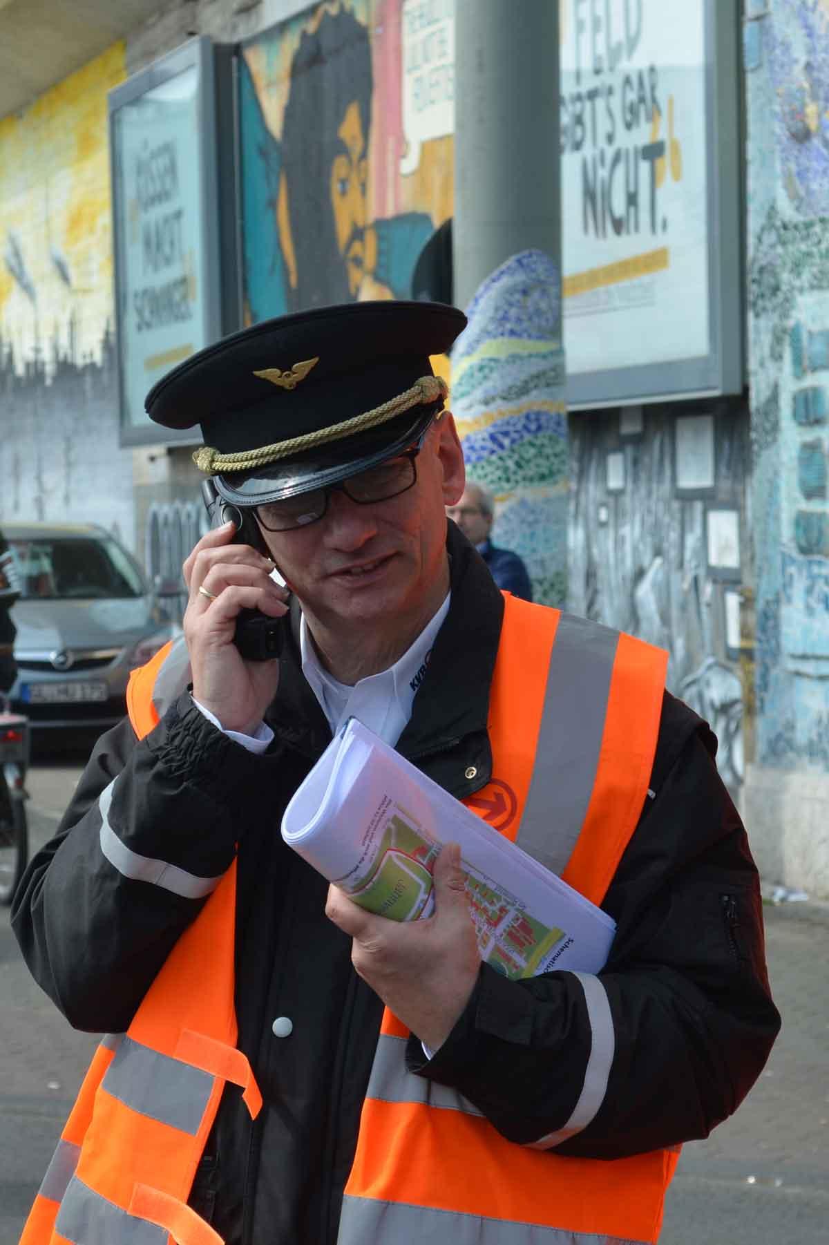 Oberverkehrsmeister Peter hat die Einsatzleitung am Bahnhof Ehrenfeld.