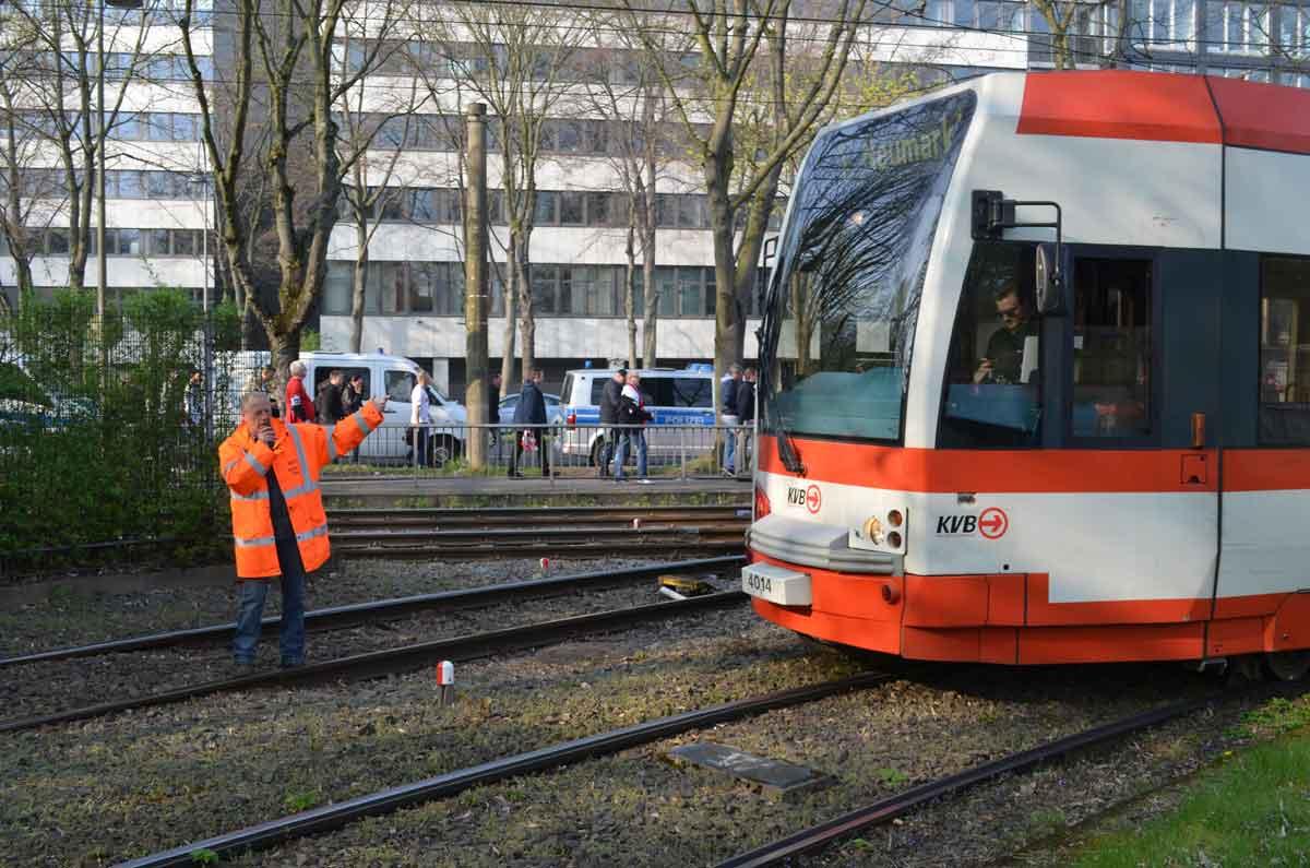 Betriebsleiter-Assistent Udo dirigiert nach dem Abpfiff die Bahnen wieder auf die Strecke.