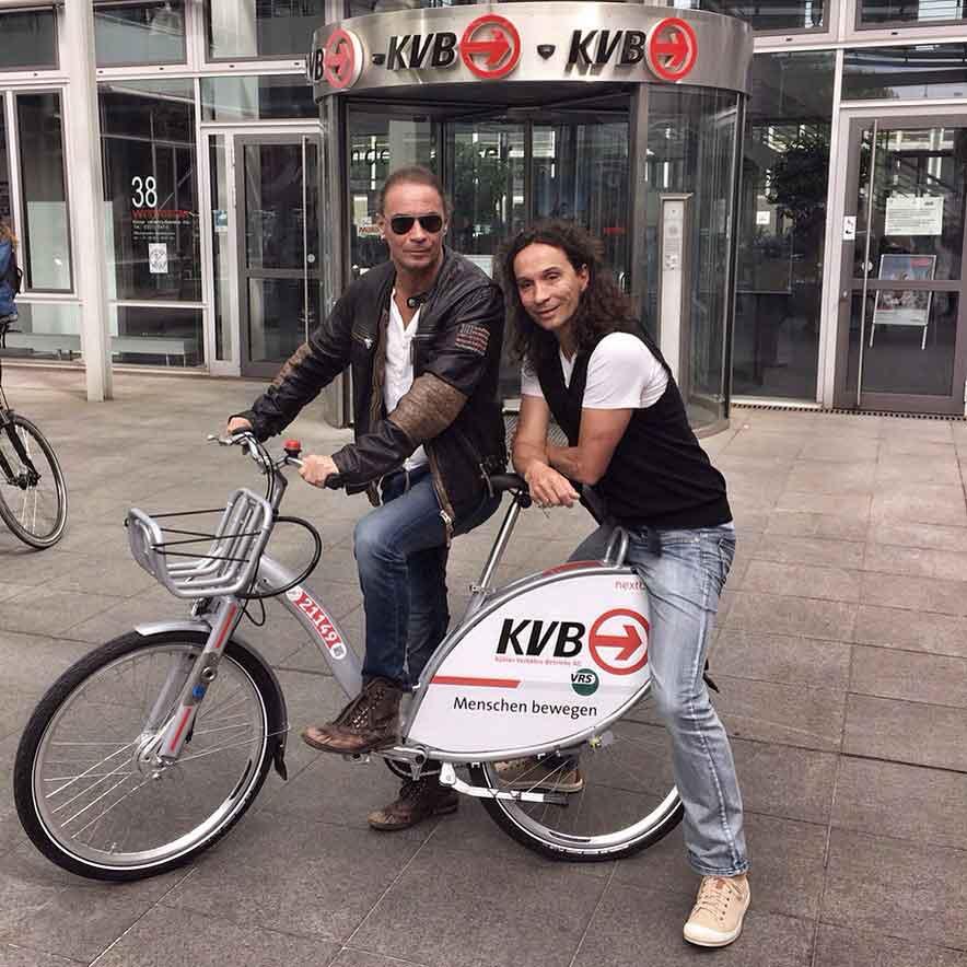 Am 8. Mai 2015 startete die KVB ihr Leihradangebot. Stephan und Peter Brings warben für's Rad waren die ersten Nutzer.