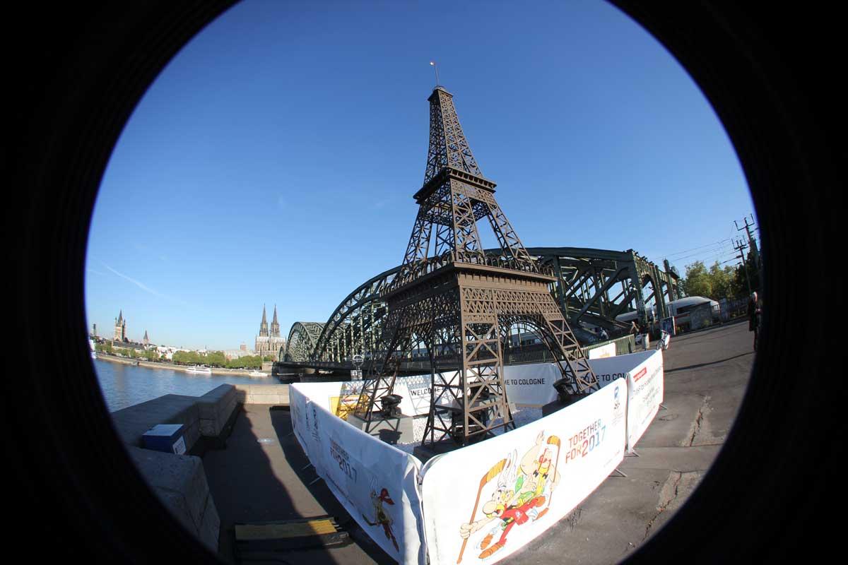 Die WM findet in Köln und Paris statt - Dom und Eiffelturm sind am Rhein vereint.