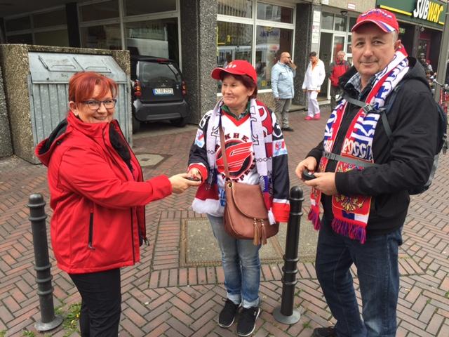 KVB-Mitarbeiter und Promotion-Teams verteilen während der WM 'Anti-Stress-Pucks' an die Eishockey-Fans.