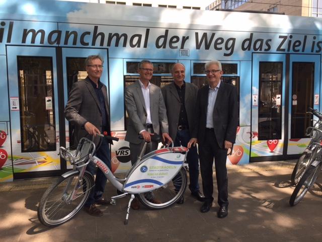 """Auf dem Neumarkt, im Herzen Kölns, stellte die KVB eine Stadtbahn im """"Gewand"""" des KVB-Rades vor."""