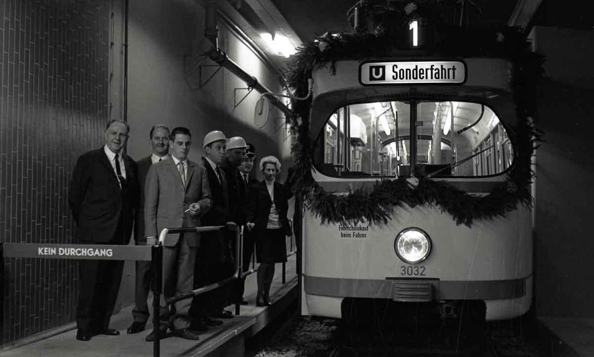 """Das Kölner """"U-Bahn-Zeitalter"""" begann am 11.10.1968 mit der Inbetriebnahme der U-Bahnstrecke vom Friesenplatz bis Dom/Hbf. Für die neue U-Bahn modernisierte die KVB ihren Fahrzeugbestand und setzte auf Straßenbahn-Großraumwagen, die so genannten Achtachser. Über Jahrzehnte bestimmten sie das Bild in Köln, erst im Juli 2006 wurden diese robusten Fahrzeuge aus dem regelbetrieb genommen."""