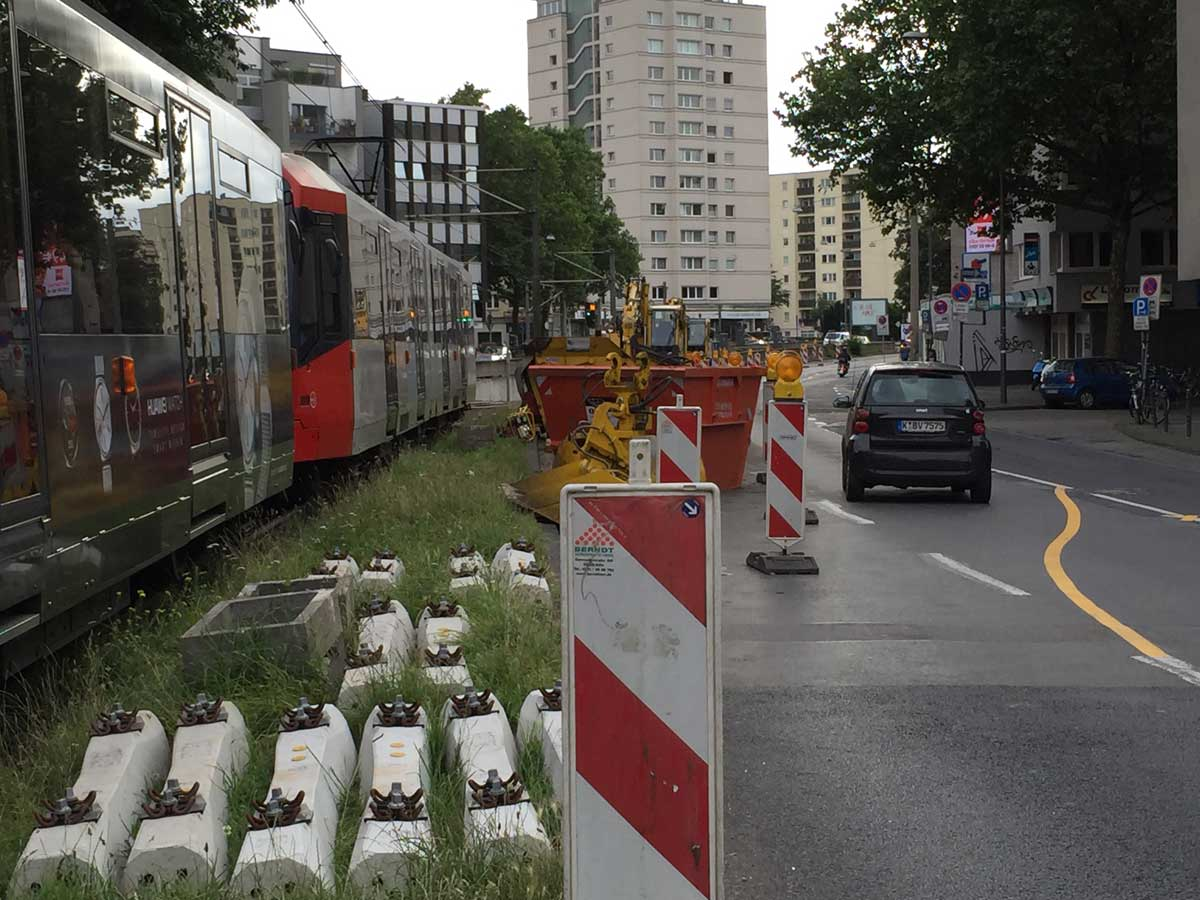Insbesondere in der Kölner Innenstadt lassen sich Baustellen schlecht platzieren. Bei dichtem Verkehr wäre hier im Umfeld des Barbarossaplatzes eine wochenlange Keimzelle des Dauerstaus in der Südstadt entstanden.