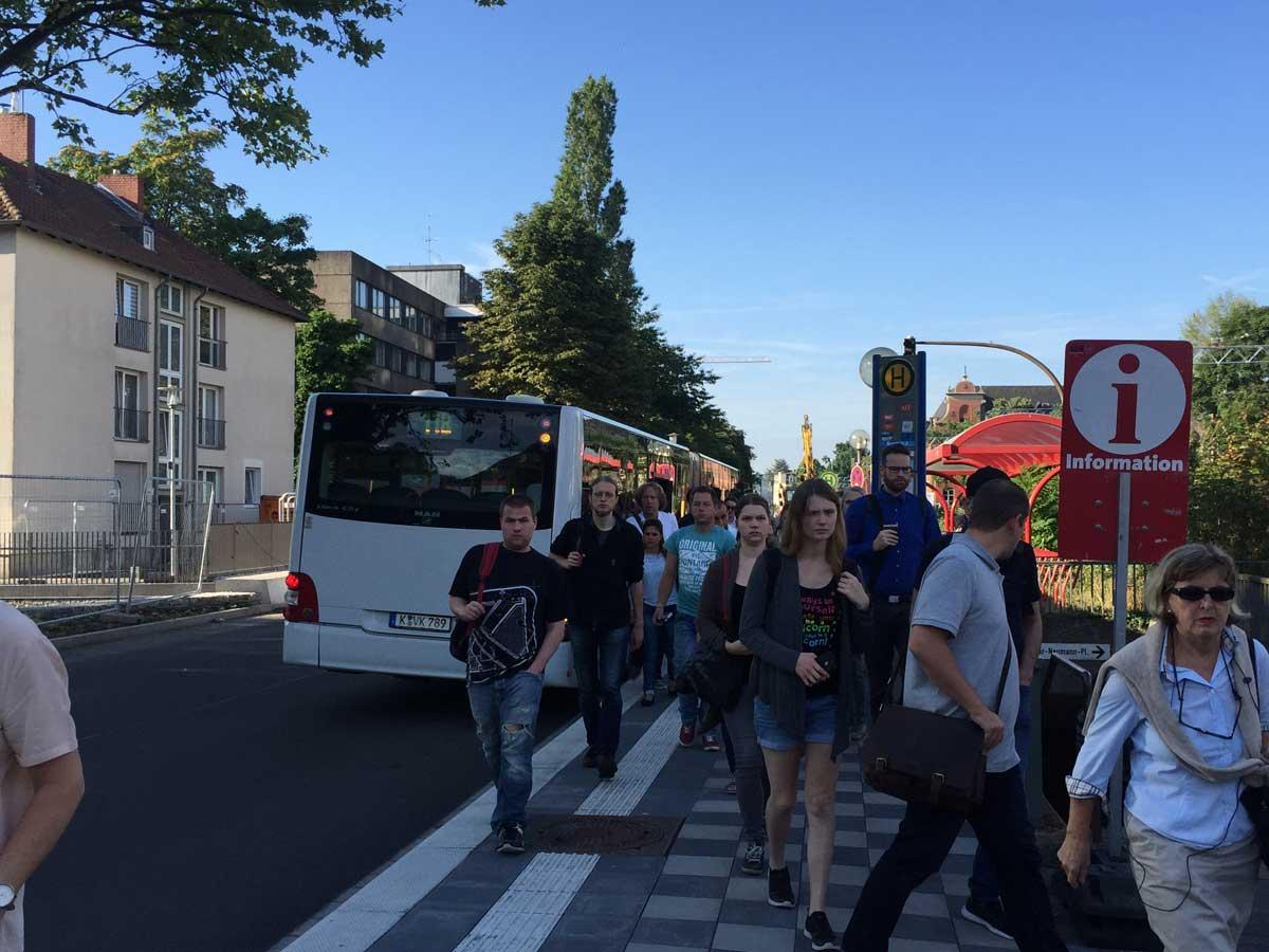 Zur unternehmerischen Gesamtleistung gehört u. a. auch, Ersatzbus-Verkehre zu planen und organisieren, mit denen die Fahrgäste Linientrennungen überwinden können und möglichst optimale Anschlüsse an die regulären Linien bekommen.