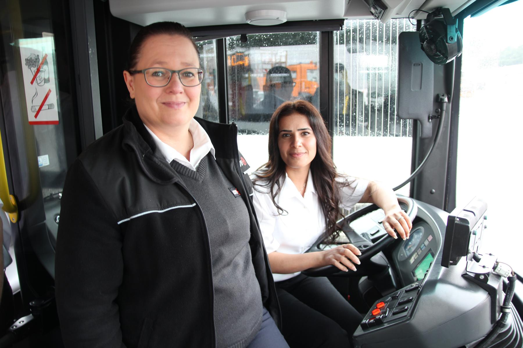 Lehrgangs-Teilnehmerin Tara J. (r.) mit Fahrlehrerin Annette Simon