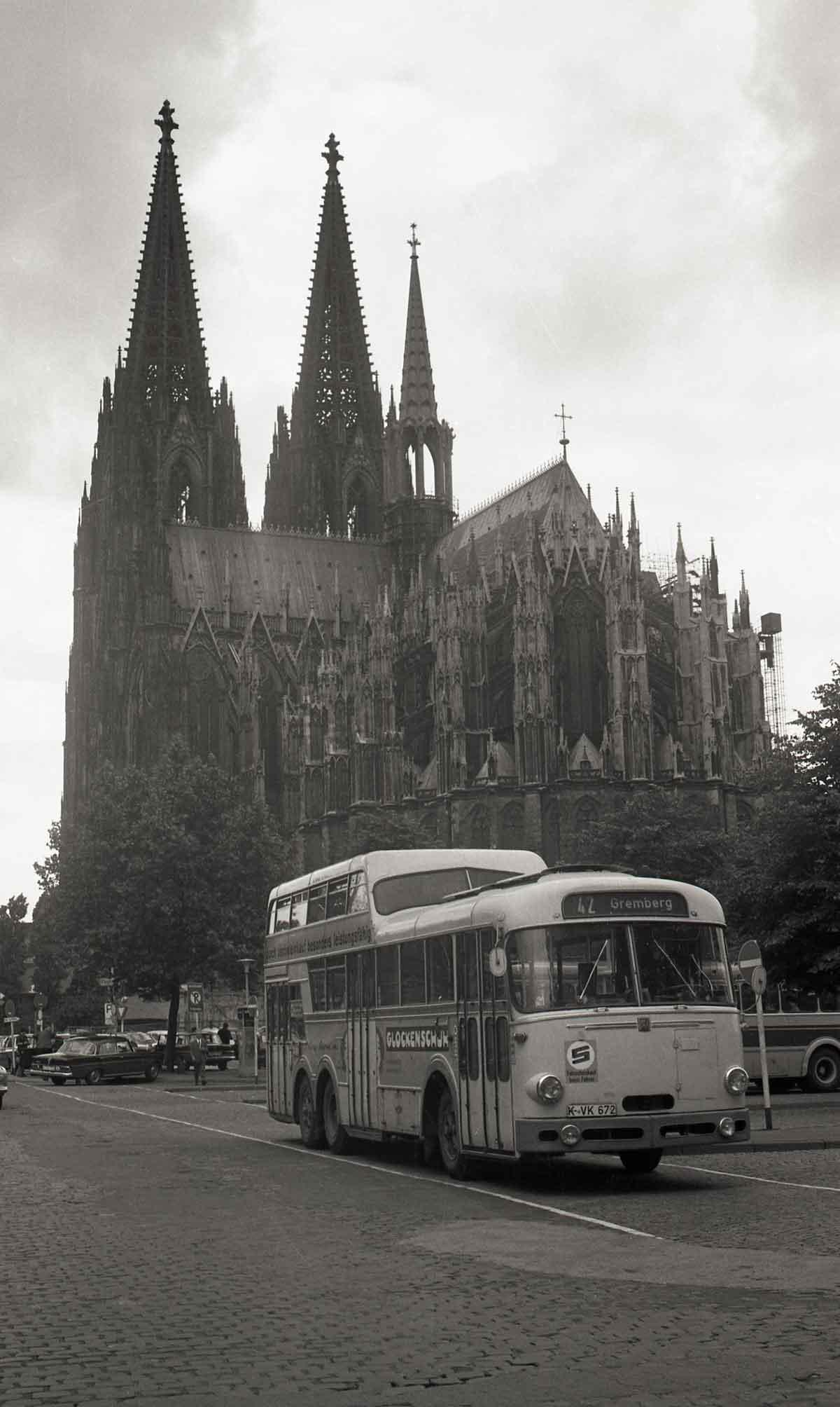 In der Nachkriegszeit etablierte sich der Busbetrieb zum zweiten Standbein der KVB. Wegen wachsender Fahrgastzahlen waren zwischen 1960 und 1980 auch Anderthalbdecker im Einsatz. Buslinie 42 am Dom/Hbf, um 1965.