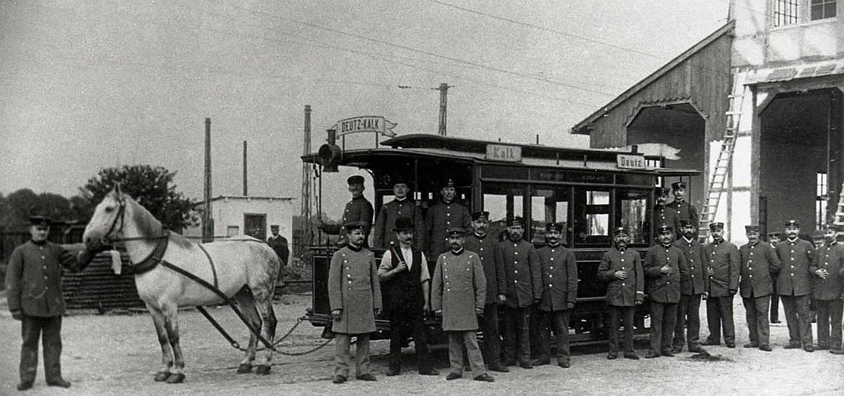 Die erste Pferdebahnlinie verkehrte zwischen den Kölner Vorstädten Deutz und Kalk und nahm am 20. Mail 1877 ihren Betrieb auf.