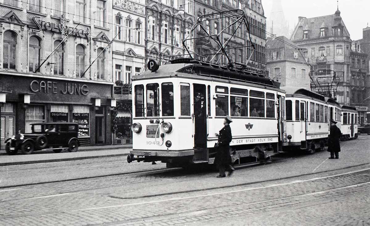 Ein Vorortbahnzug der Linie P nach Porz an der Kölner Endhaltstelle, am Heumarkt, Mitte der 1930er Jahre.