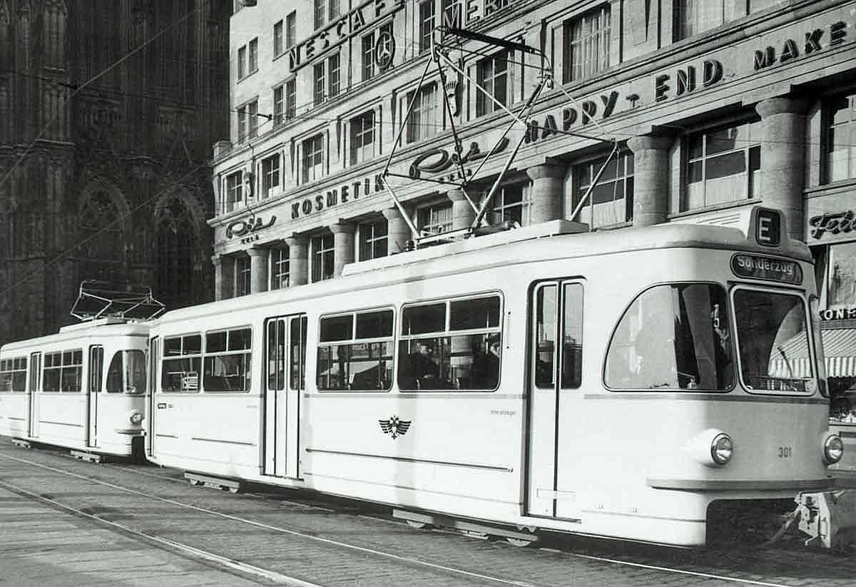 Mitte der 1950er Jahre konnten die Kölner Verkehrs-Betriebe mit der Neubeschaffung von insgesamt 80 Großraumfahrzeugen der Firma Westwaggon ihren Fahrzeugpark erheblich erweitern. Haltestelle Dom/Hbf, um 1956