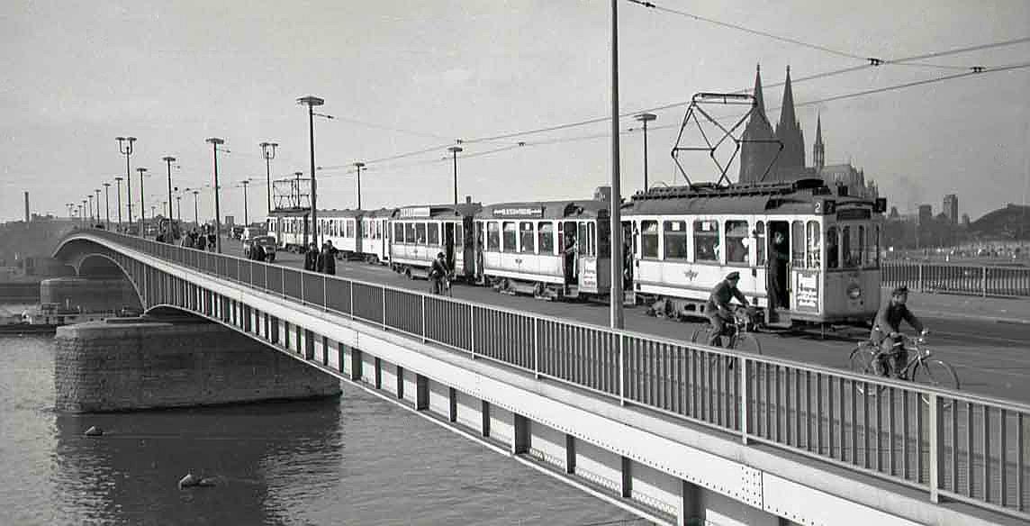 Einen Tag nach Inbetriebnahme der neuen Deutzer Brücke am 16.10.1948 nahm die Linie 2 den Verkehr zwischen Bocklemünd – Emberg auf.