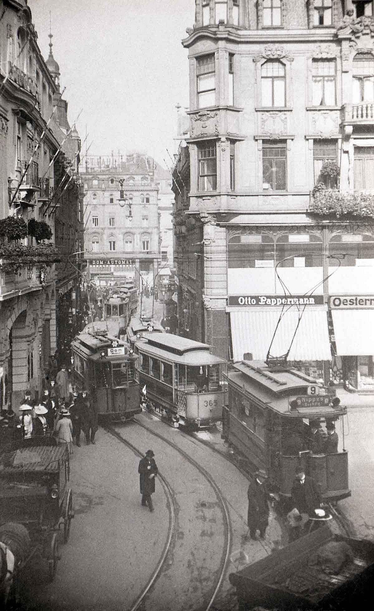 Die Enge der Kölner Altstadtstraßen bestimmte Konstruktion und Größe der Kölner Straßenbahnen zu Beginn des 20. Jahrhunderts. Je nach Fahrgastaufkommen wurden die Triebwagen mit ein oder zwei Anhängewagen versehen. Unter Fettenhennen, um 1907.