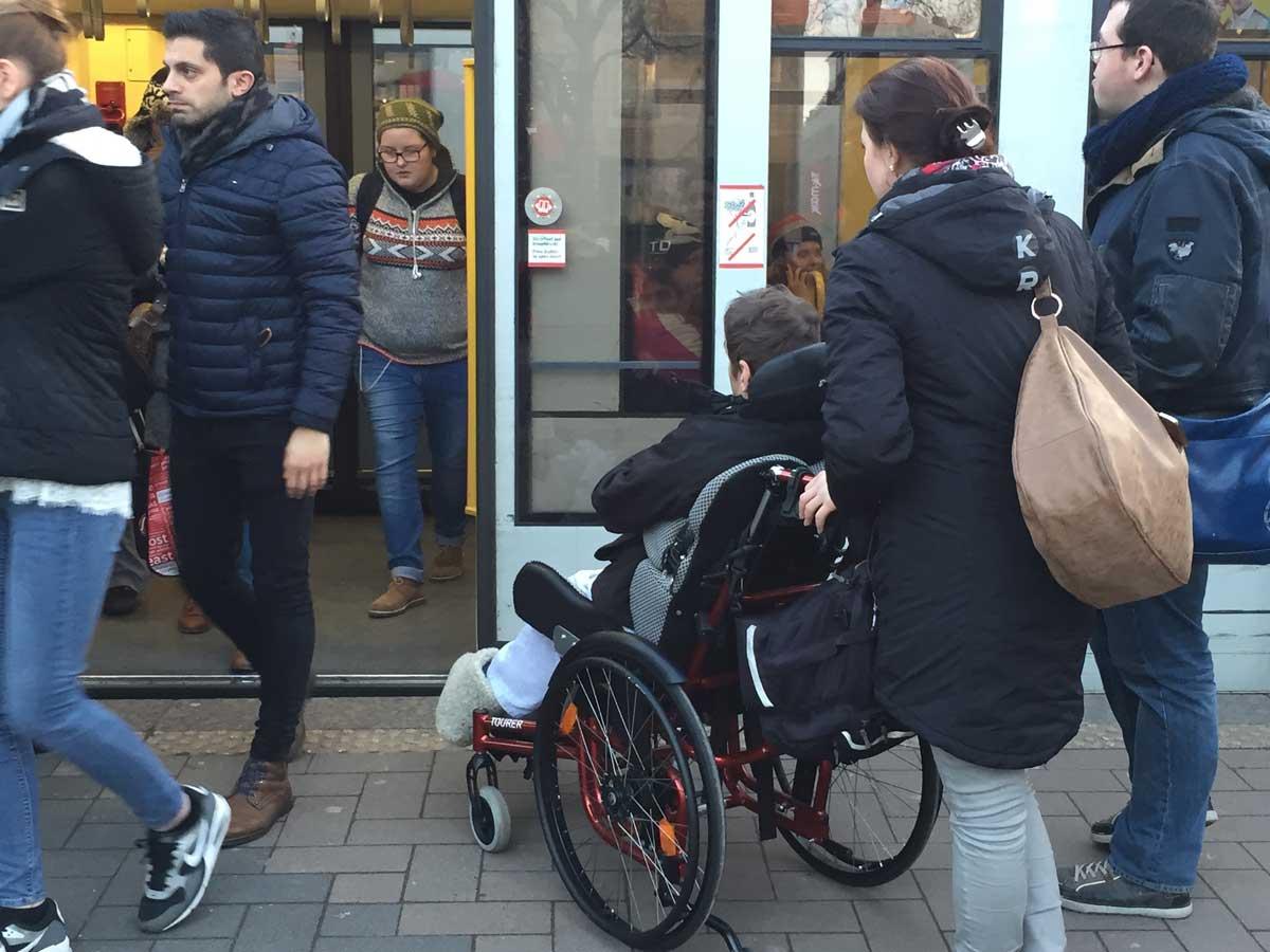 Am auffälligsten sind Rollstuhlfahrer – und können zugleich als Maßstab für viele andere Einschränkungen gelten. Kommt der Rollstuhlfahrer zum Fahrzeug, in dieses hinein, findet in ihm sicheren Platz und gelangt anschließend wieder über die Haltestelle in den allgemeinen öffentlichen Raum, dann sind die Aspekte der Stufenfreiheit erfüllt.