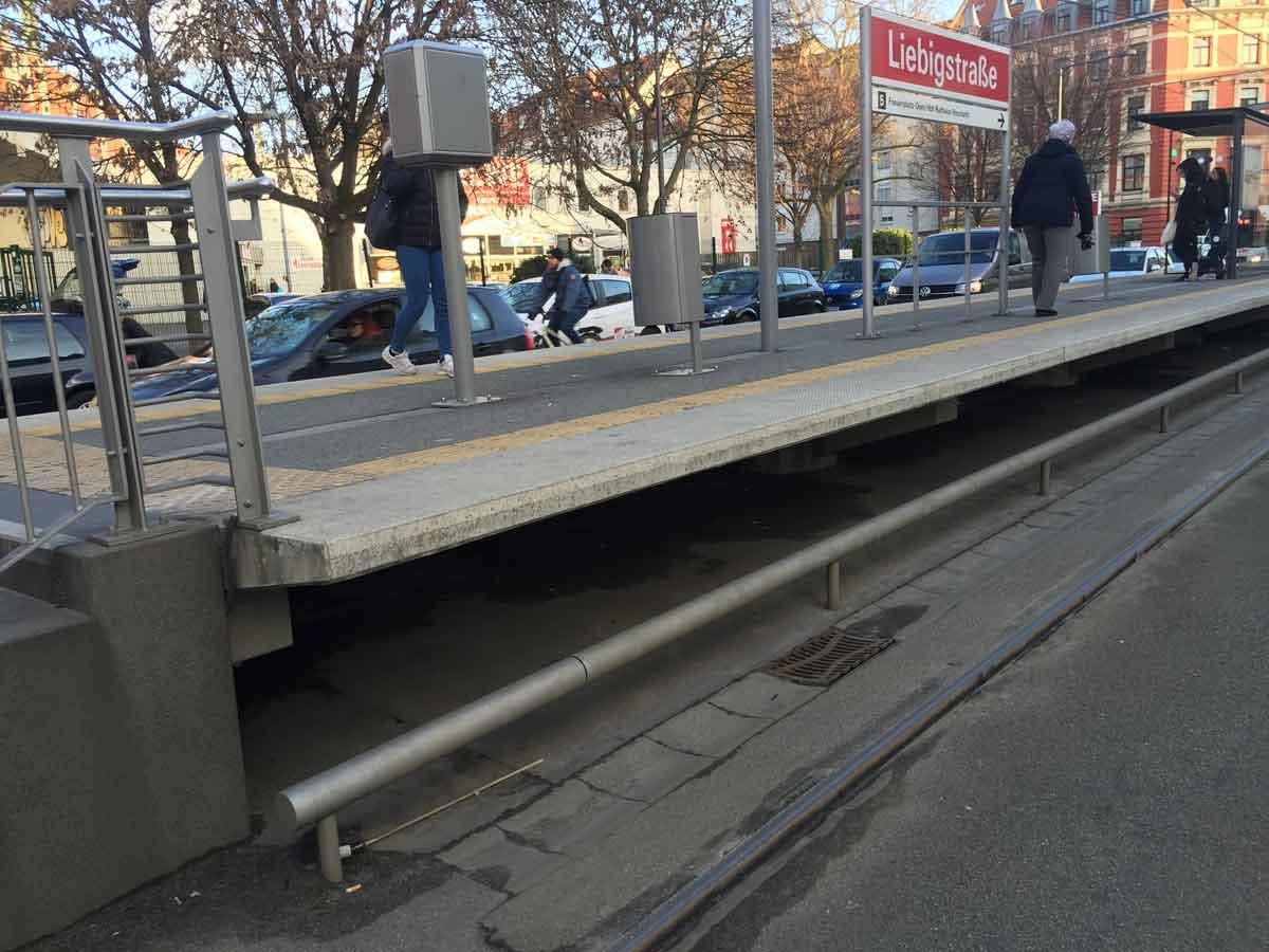 """So wie an der Haltestelle """"Liebigstraße"""" wurden an vielen Stellen Bahnsteige nachträglich erhöht, um den niveaugleichen Ein- und Ausstieg zu ermöglichen."""