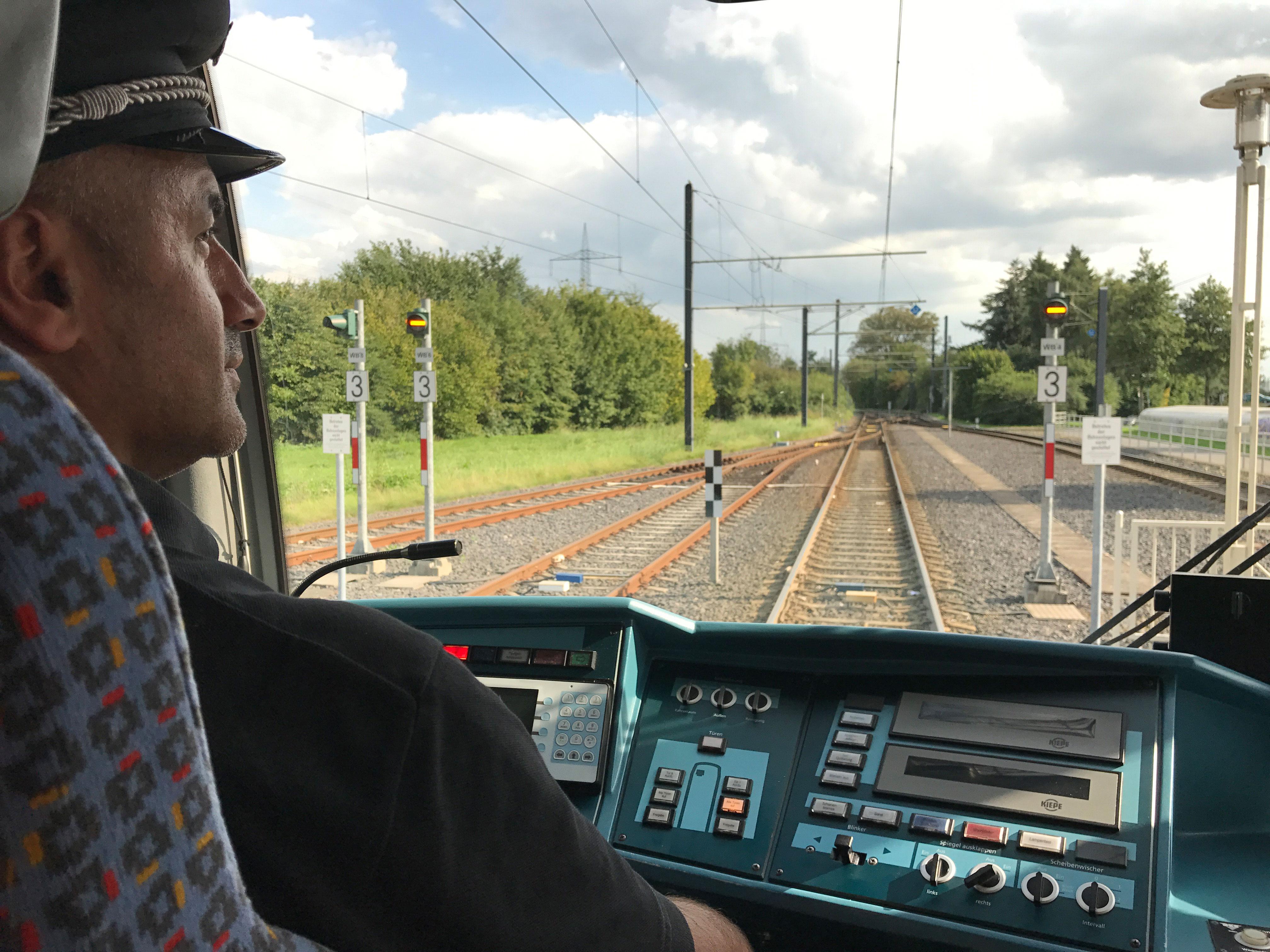 Ömer überprüft die Strecke der Linie 1 und absolviert dabei seine Pflichtfahrt.