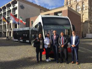 E-Bus, Elektrobus, Altermarkt, Rathaus, Menschen im Vordergrund