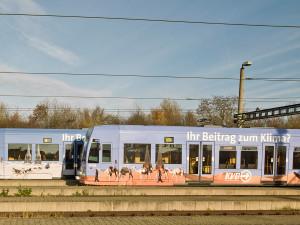 Bahn mit Beklebung zum Thema Klima in Köln in der Zukunft im Betriebshof Merheim