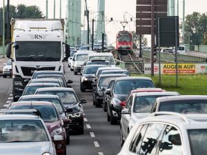 Stau, viele Autos, Mülheimer Brücke