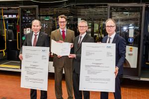 NRW-Verkehrsminister Hendrik Wüst übergab einen Förderbescheid des Landes zum Kauf von 50 neuen E-Bussen.