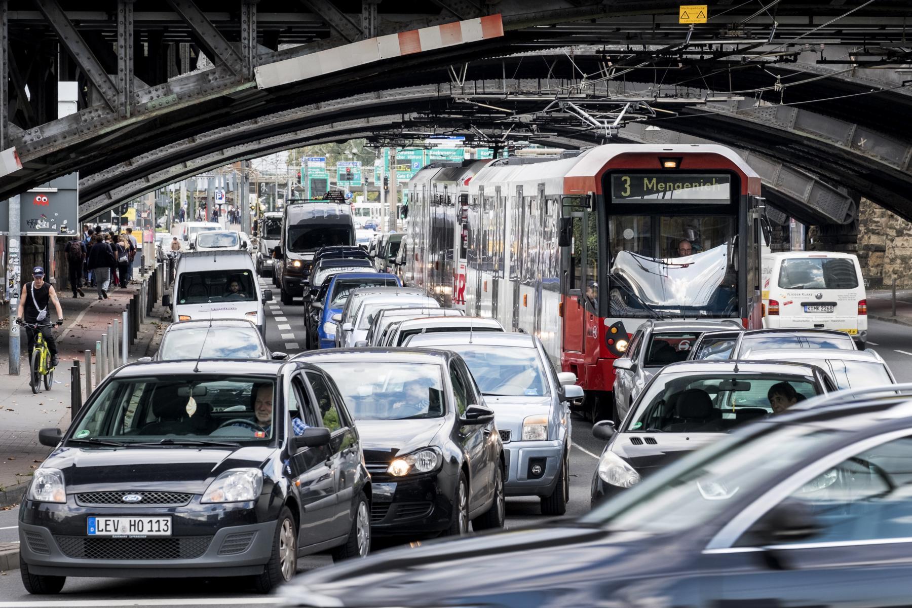 Auf vielen Strecken fahren die Bahnen im Individualverkehr mit. Das hat zur Folge, dass sie auch von Stau betroffen sind.