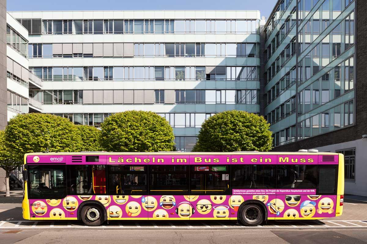 Der Bus der Kopernikus-Schule wurde vor der KVB-Zentrale vorgestellt.