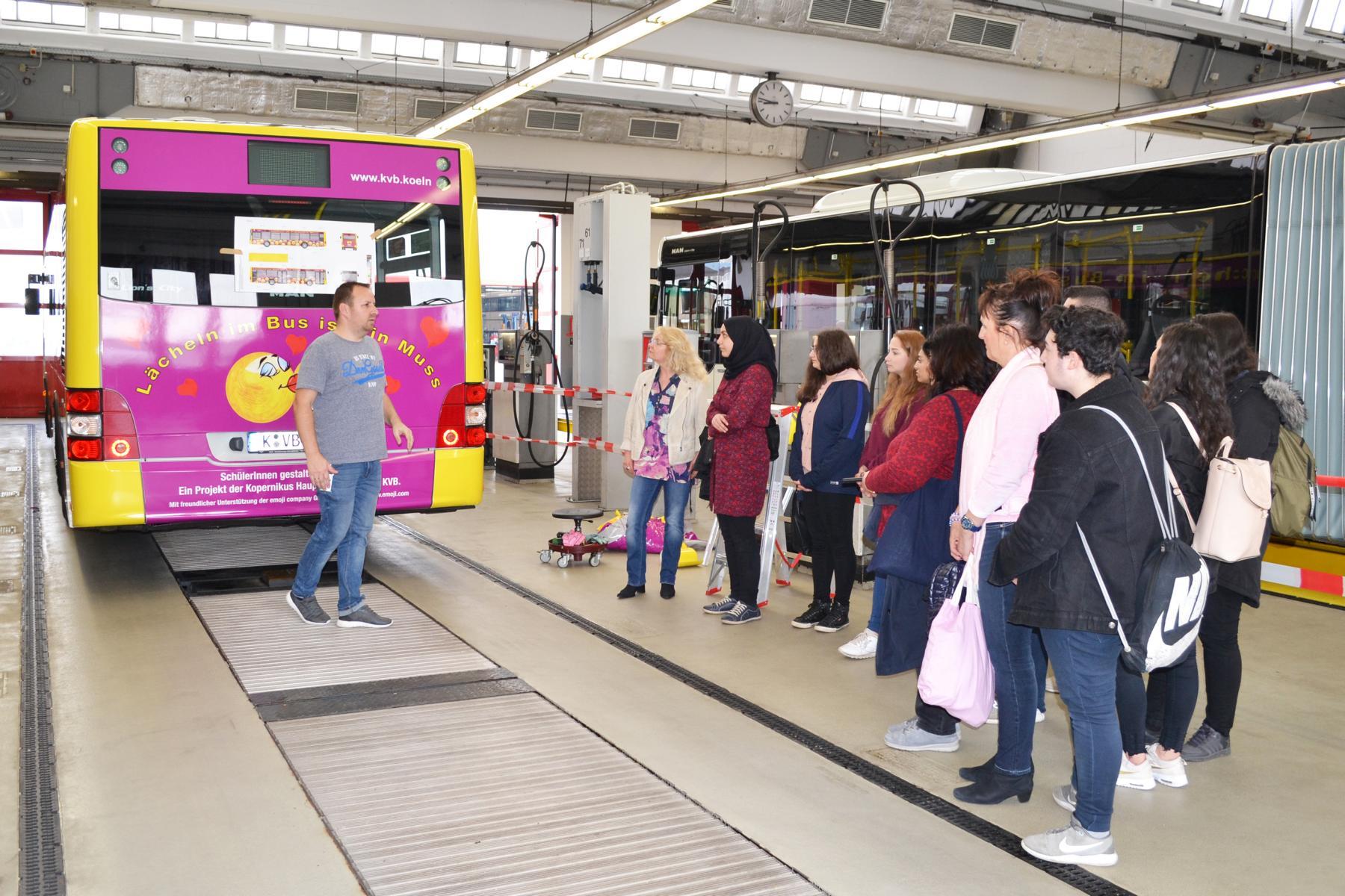 Die Beklebung des Busses erfolgte zusammen mit den Schülern auf dem Betriebshof Nord.