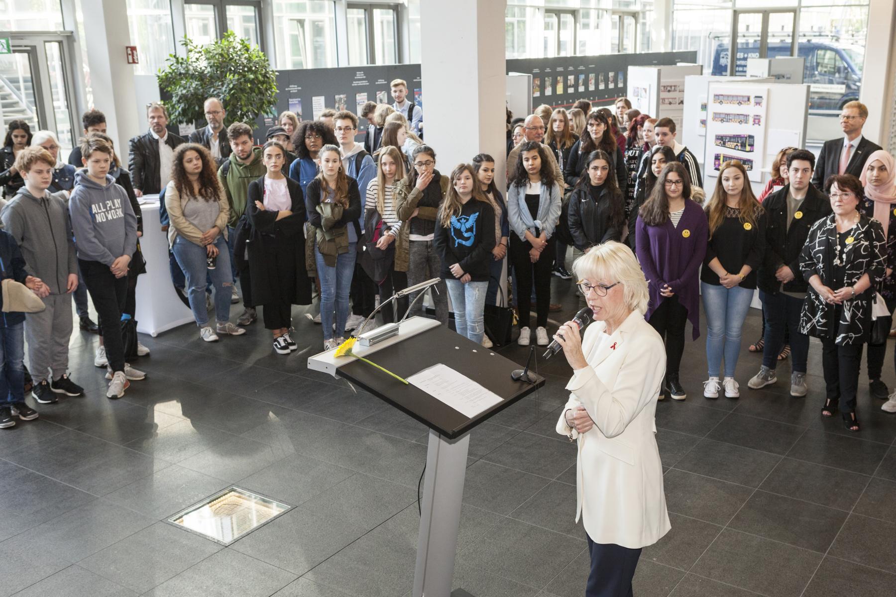 Zur Vorstellung des Busses hat Bürgermeisterin Elfi Scho-Antwerpes eine kleine Ausstellung im Westforum der KVB eröffnet.