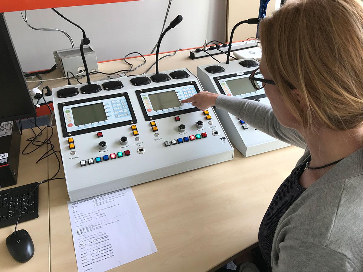 Bianca testet die Ansagen, wie sie über das IBIS-Gerät im Fahrzeug abgerufen werden können bzw. automatisch abgespielt werden.