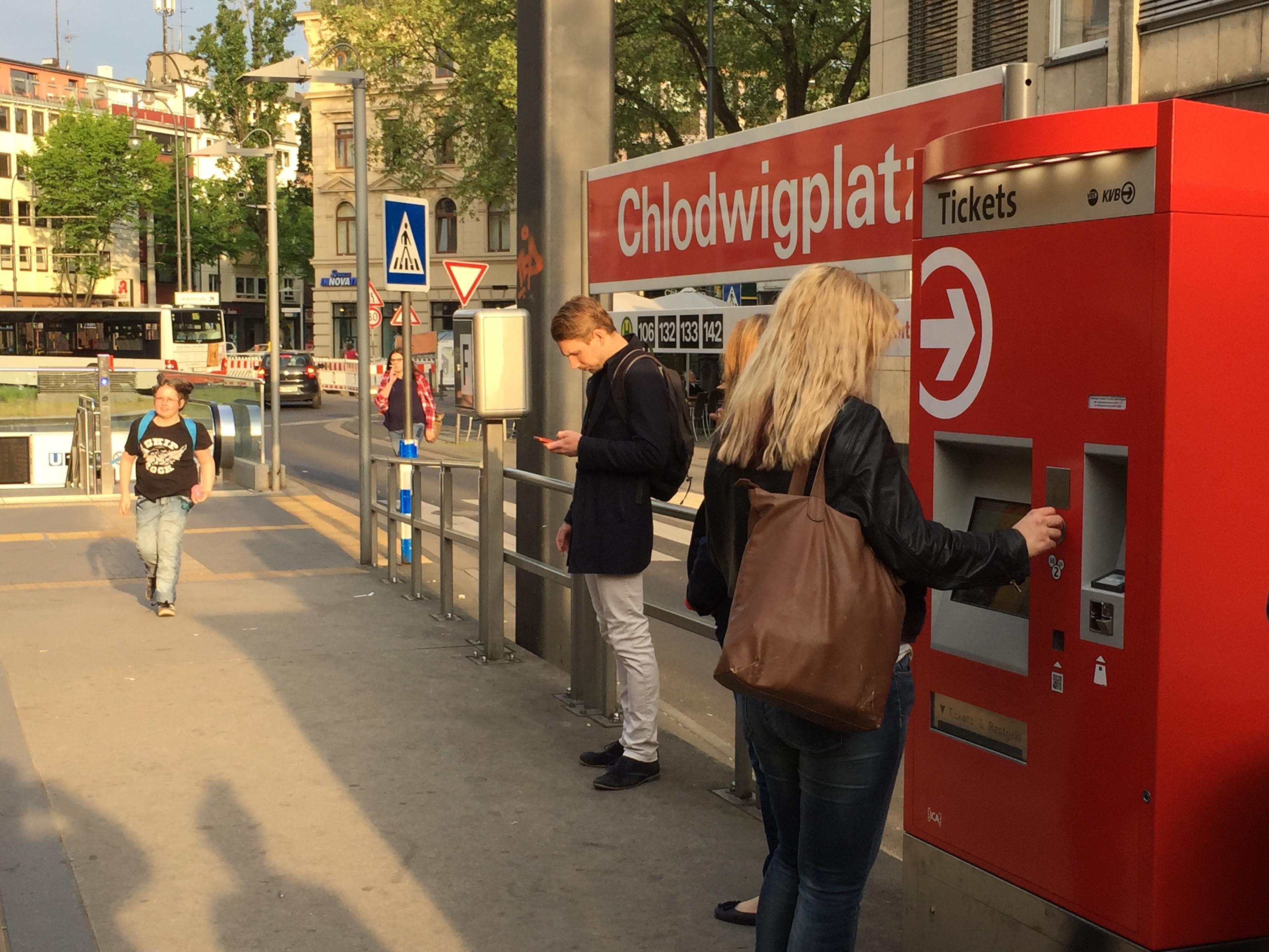 An Ticketautomaten machen Menschen, die den ÖPNV ausprobieren, eine ihrer ersten Erfahrungen.