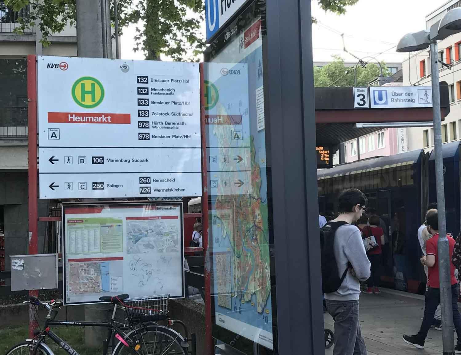 """An der Haltestelle """"Heumarkt"""" werden die Fahrgäste über eine klassische Beschilderung mit großer Tafel, an den Bahnsteigdächern etc. gelenkt."""