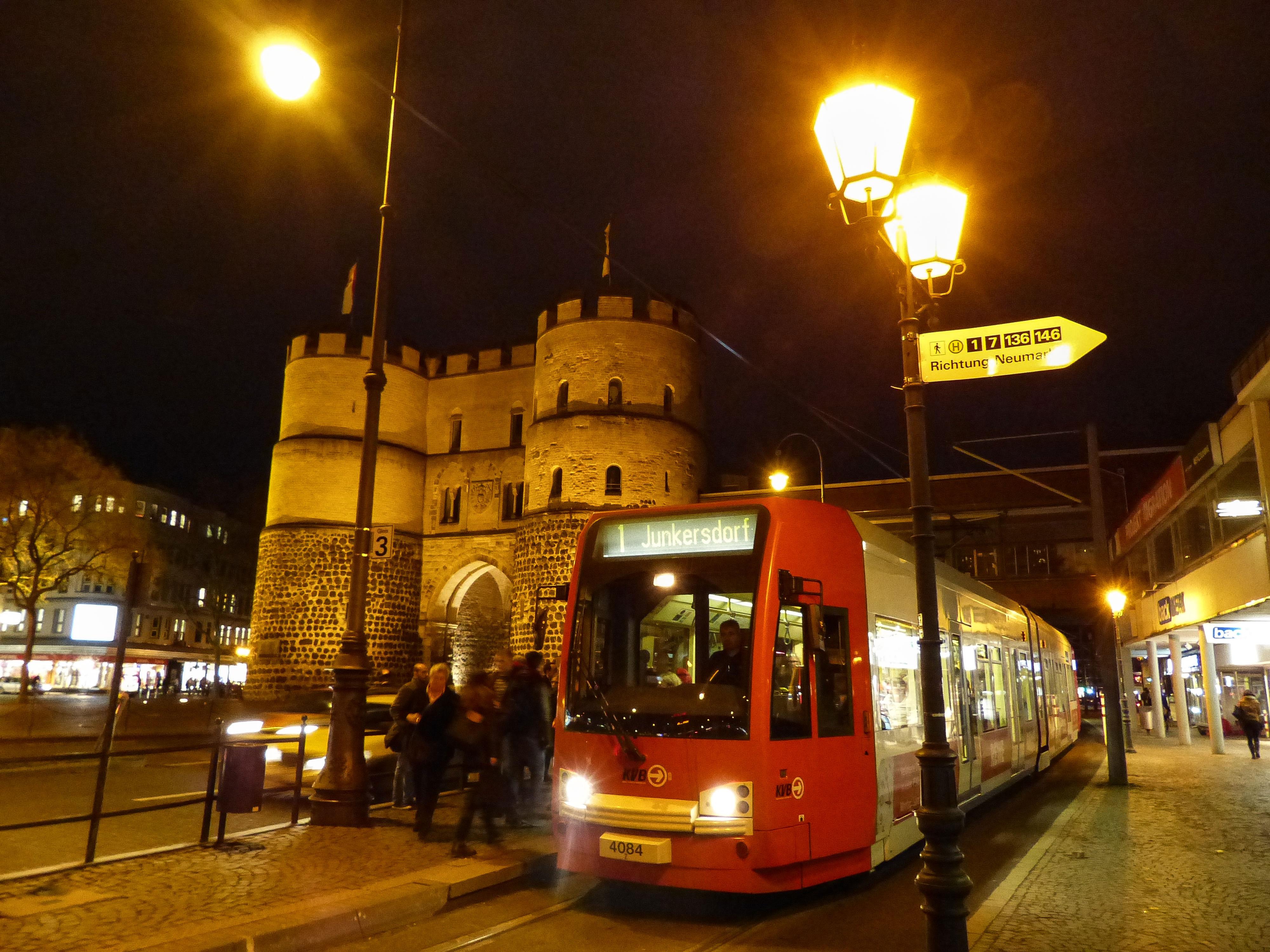 Die Hahnentorburg am Rudolfplatz steht dort seit dem Mittelalter.