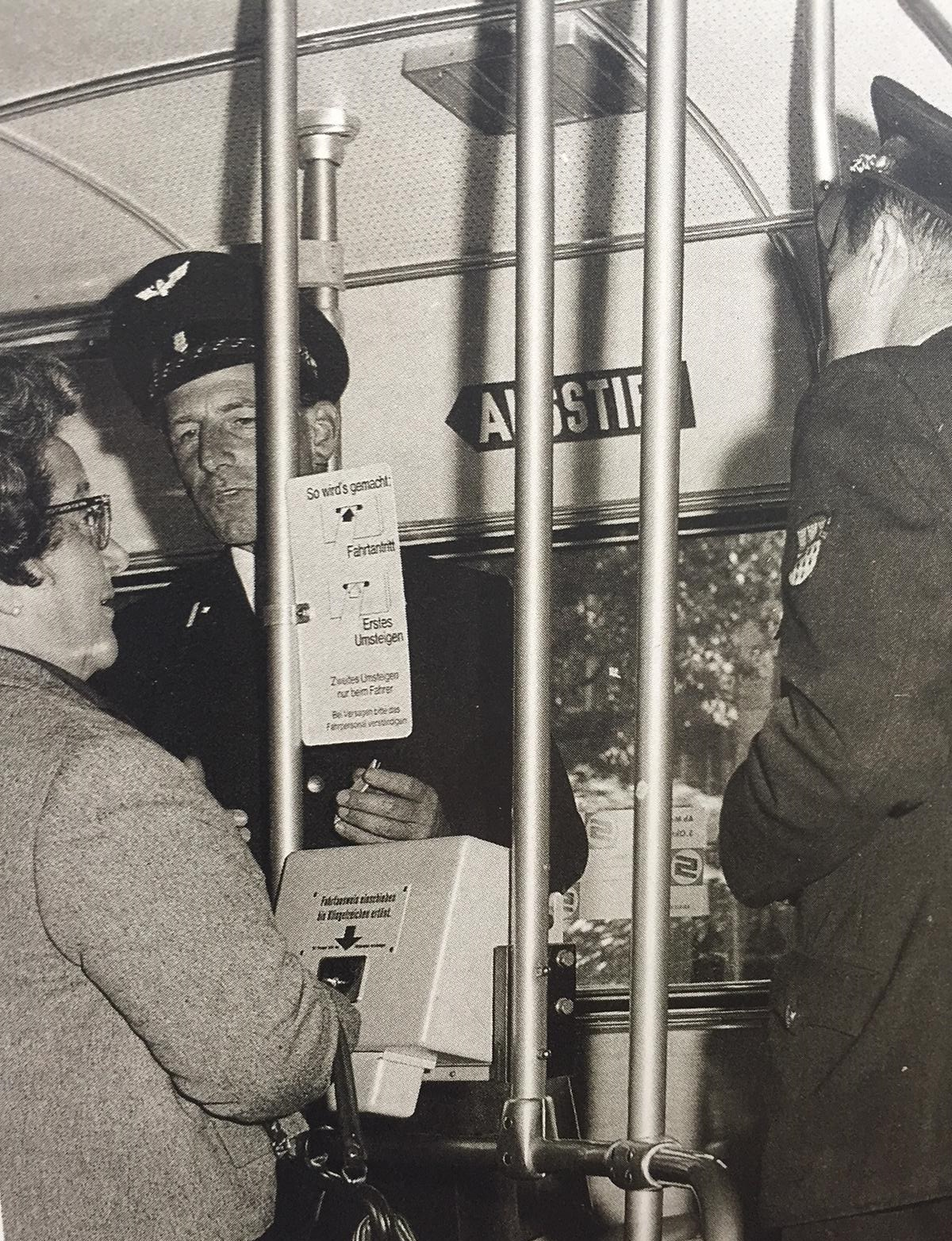 KVB-Mitarbeiter erklärten den Fahrgäste den Umgang mit den neuen Entwertern.