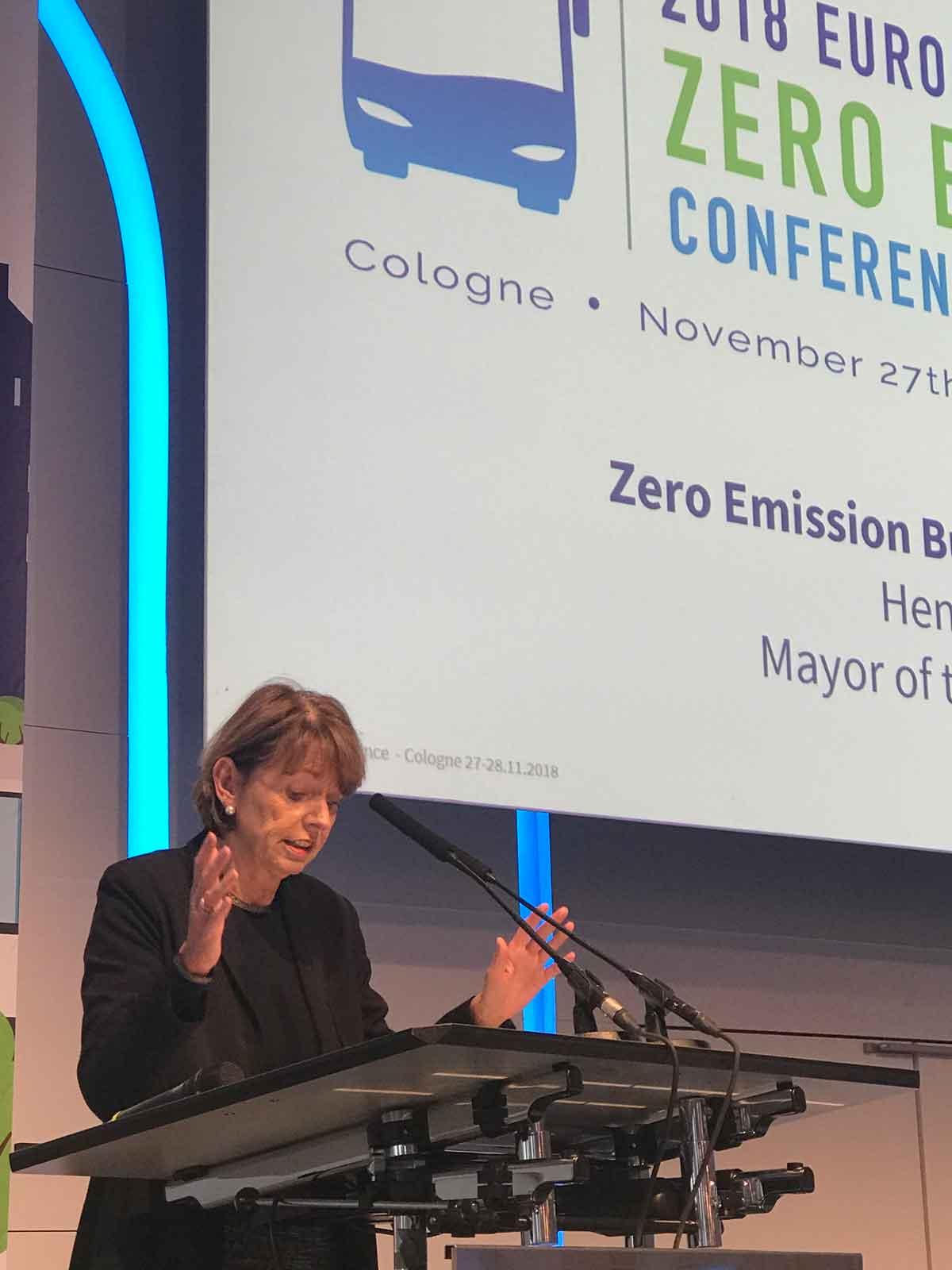 Kölns Oberbürgermeisterin Henriette Reker hob die Leistungen von KVB und RVK hervor, die Kölns politische Ziele unterstützen.