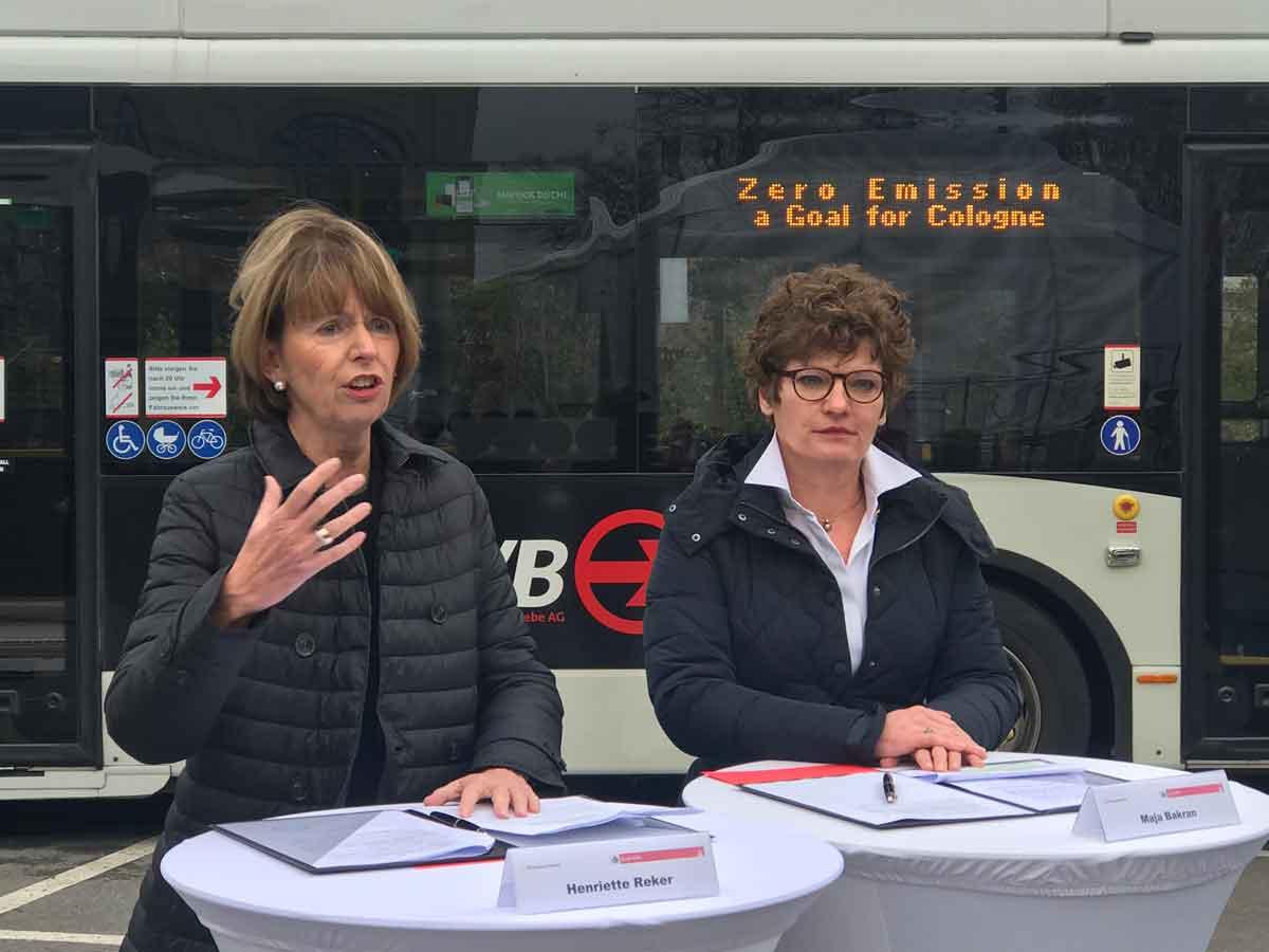 Gemeinsam mit Oberbürgermeisterin Reker trat Maja Bakran (rechts), stellvertretende Generaldirektorin der Gerneraldirektion Mobilität und Verkehr der EU-Kommission vor die Presse: Kölns Engagement trägt entscheidend zur Abkehr vom Einsatz fossiler Brennstoffe bei.