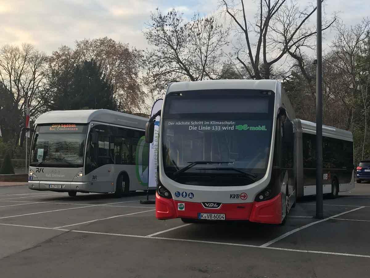 In diese Fahrzeuge können Fahrgäste normaler Weise im Liniendienst einsteigen und somit einen Beitrag zum Klima- und Umweltschutz leisten. Vor der Flora dienen sie den Konferenzteilnehmern als Ausstellungsstücke.