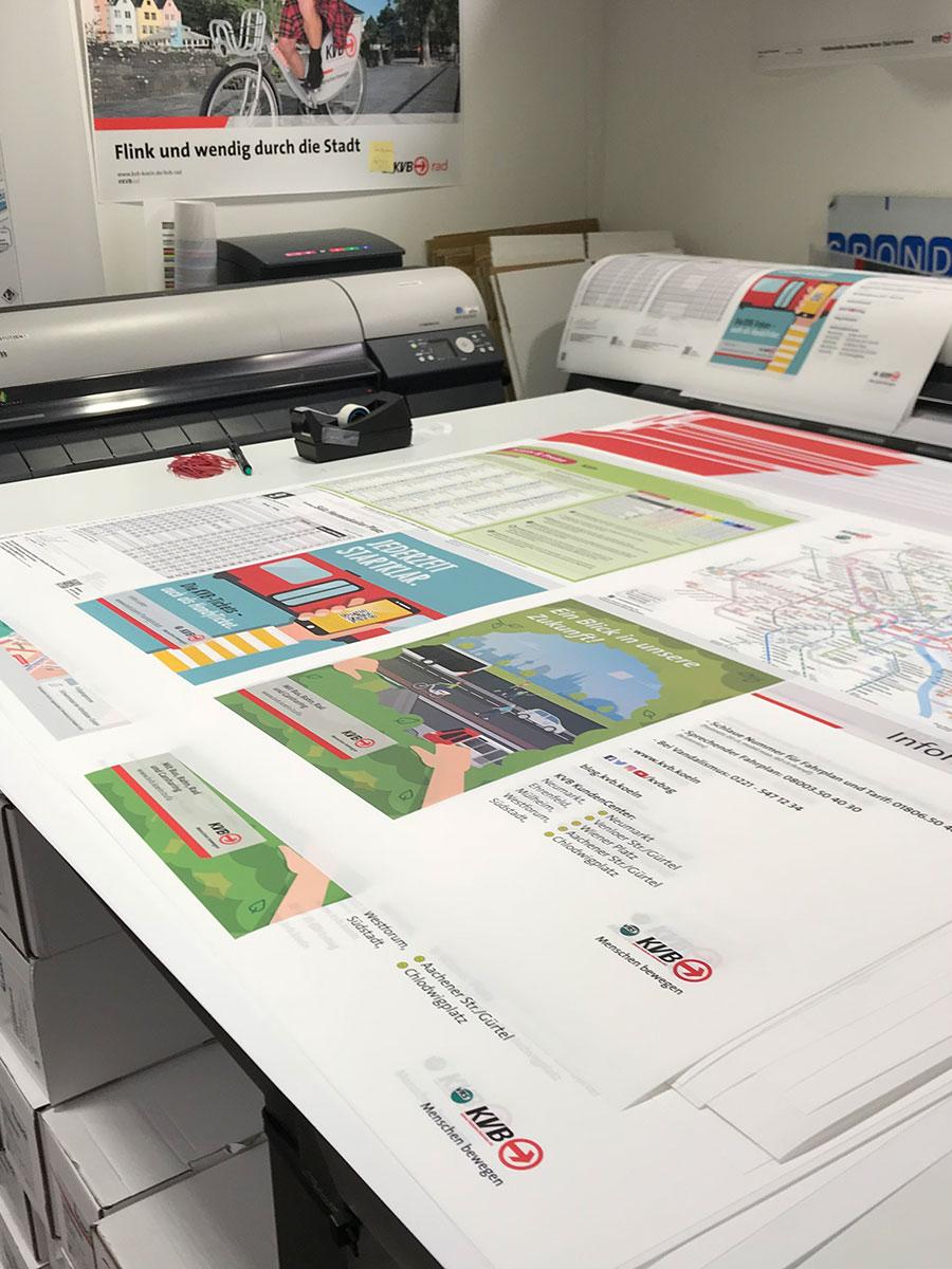 Der Plotterraum der Abteilung Haltestellenservice: Hier wird in den Wochen vorm Fahrplanwechsel non-stop gedruckt.
