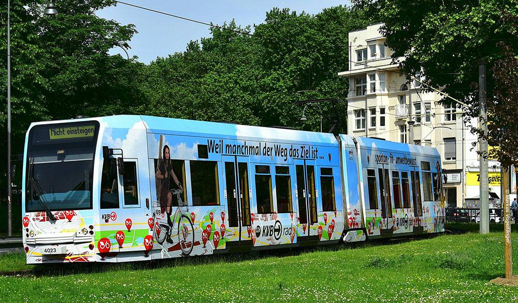 Werbung auf der Bahn für das KVB-Rad