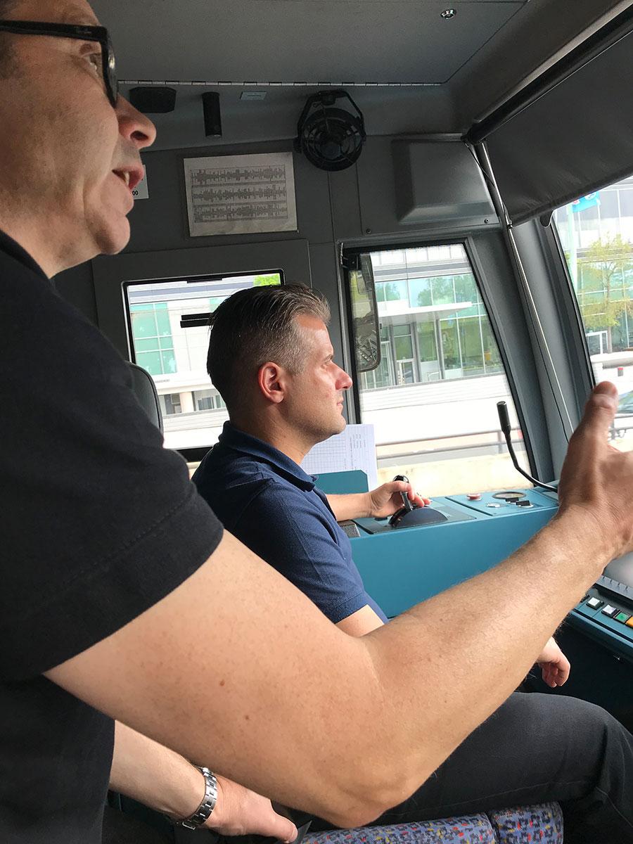 Fahrlehrer Markus bereit den Fahrschüler Seref auf seine Aufgaben als Bahnfahrer vor